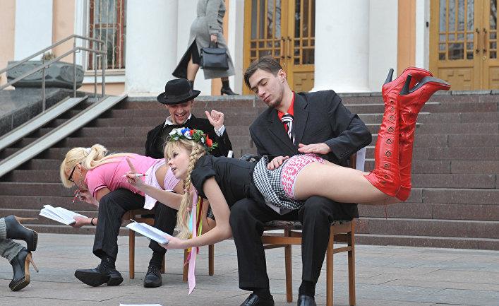 Активисты движения FEMEN перед Министерством образования Украины в Киеве