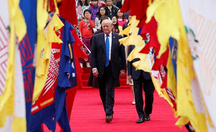 Президент США Дональд Трамп во время приветственной церемонии в Сеуле