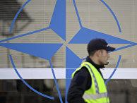 Знак НАТО на контрольно-пропускном пункте в Лиссабоне, Португалия