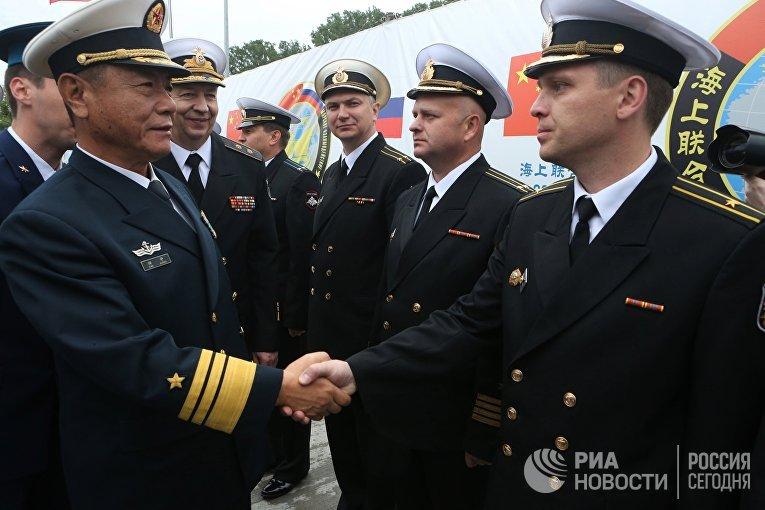 Военнослужащие военно-морских сил Китая во время торжественной встречи