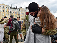 Девушка прощается с молодым человеком во время военной присяги для бойцов украинского батальона «Азов»