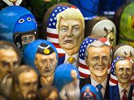 Мировые лидеры в виде традиционных русских матрешек в сувенирном магазине
