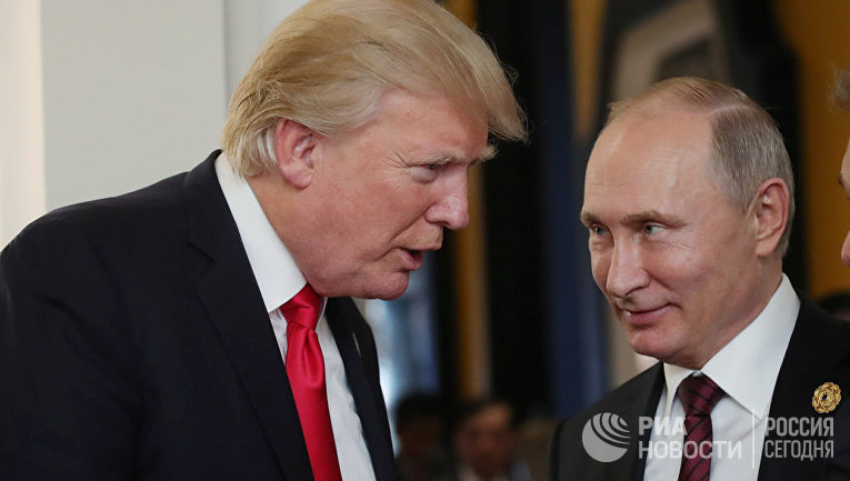 Президент РФ Владимир Путин и президент США Дональд Трамп в перерыве рабочего заседания на саммите АТЭС