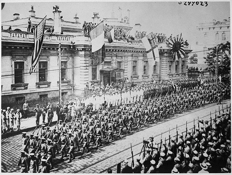 Солдаты и моряки из разных стран на построении перед зданием штаб-квартиры союзников во Владивостоке в 1918 году