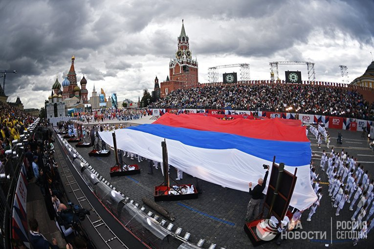 Флаг Российской Федерации на церемонии открытия Дня города на Красной площади в Москве. 9 сентября 2017