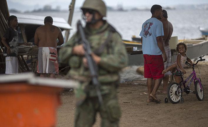 Солдат во время спецоперации в в Сан-Гонсалу, Бразилия