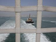 Патрульный катер, сфотографированный с борта транспортного корабля USNS Choctaw County армии США в Персидском заливе