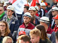 Работники сталелитейной промышленности во время акции протеста в Бохуме, Германия
