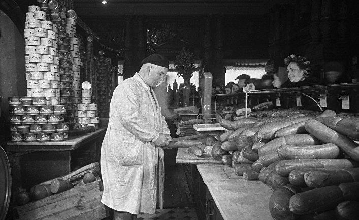 Продажа колбасных изделий в Елисеевском магазине в Москве