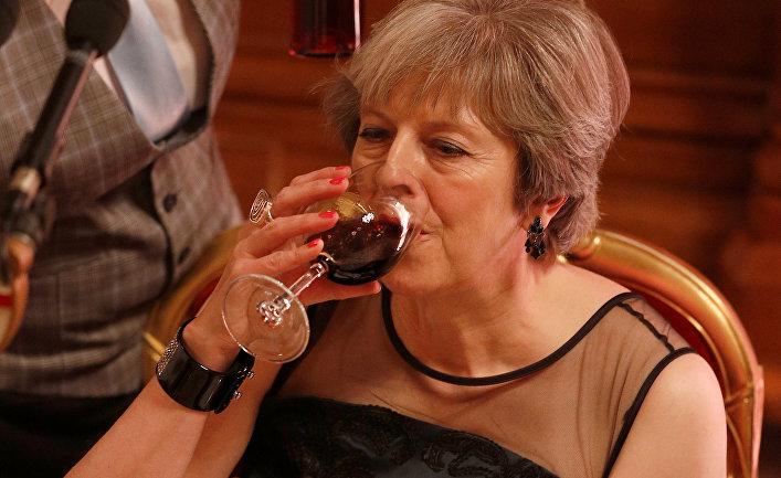 Премьер-министр Великобритании Тереза Мэй пьет вино