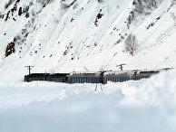 Поезд, попавший под снежную лавину на Сахалине