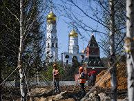 """Рабочие во время строительства ландшафтного парка """"Зарядье"""" в Москве. Архивное фото"""