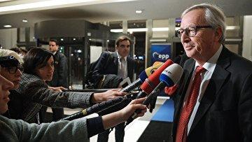 Председатель Европейской комиссии Жан-Клод Юнкер отвечает на вопросы журналистов перед началом съезда Европейской народной партии в Брюсселе. 24 ноября 2017