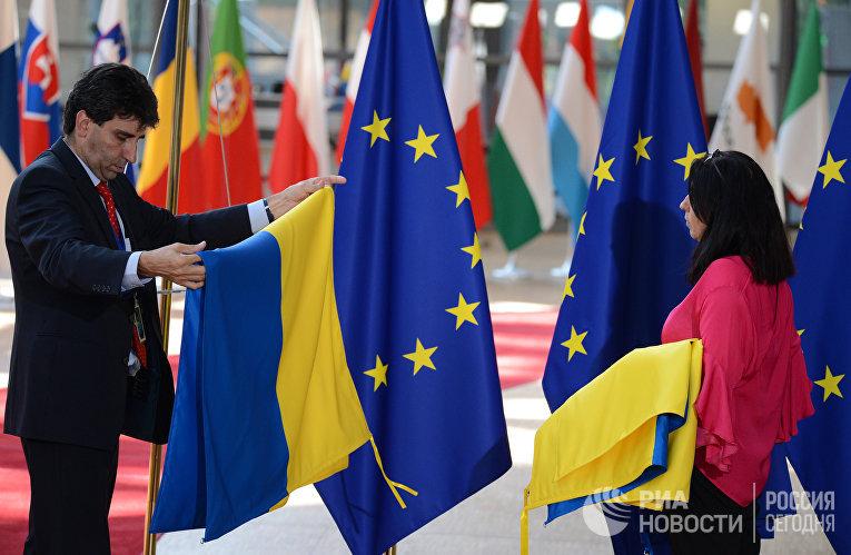 Флаги ЕС и Украины в Брюсселе