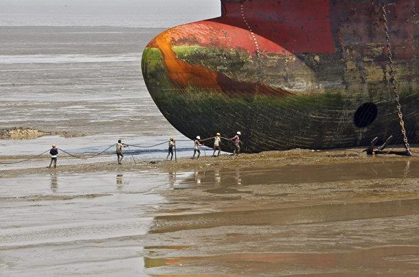 Списанный корабль у судоразделочной площадки в Аланге, штат Гуджарат, Индия