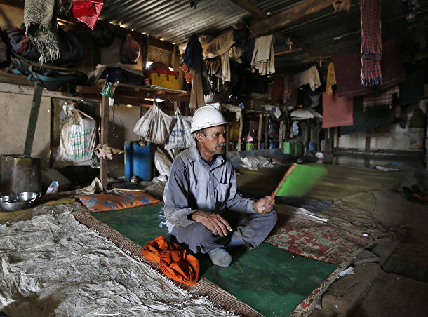 Комната, в которой отдыхают рабочие судоразделочной верфи в Аланге, штат Гуджарат, Индия