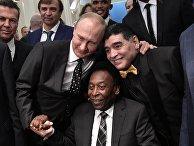 Президент РФ Владимир Путин, бразильский футболист Пеле и аргентинский футболист Диего Марадона (слева направо на первом плане) во время встречи президента РФ со звёздами мирового футбола перед финальной жеребьёвкой чемпионата мира по футболу ФИФА 2018
