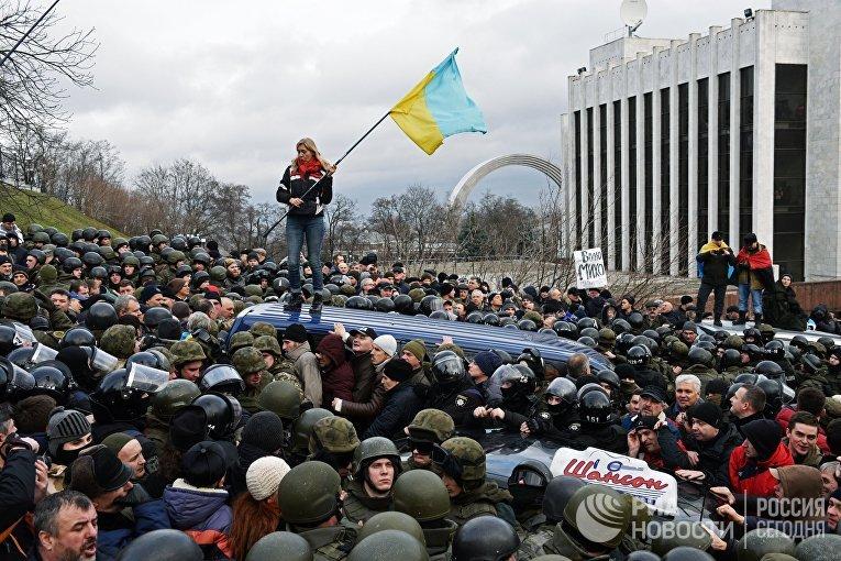 Сторонники Михаила Саакашвили во время столкновений с правоохранительными органами. 5 декабря 2017