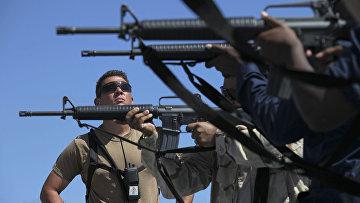 Солдаты ВМС США стреляют из винтовок M16 на борту USS Arleigh Burke