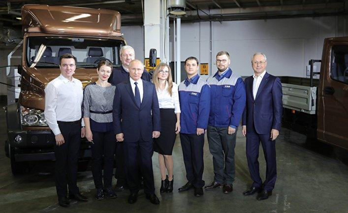 Президент РФ Владимир Путин во время встречи посещения Горьковского автомобильного завода в Нижнем Новгороде. 6 декабря 2017