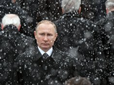 Президент РФ Владимир Путин на церемонии возложения венка к Могиле Неизвестного Солдата у Кремлёвской стены в День защитника Отечества