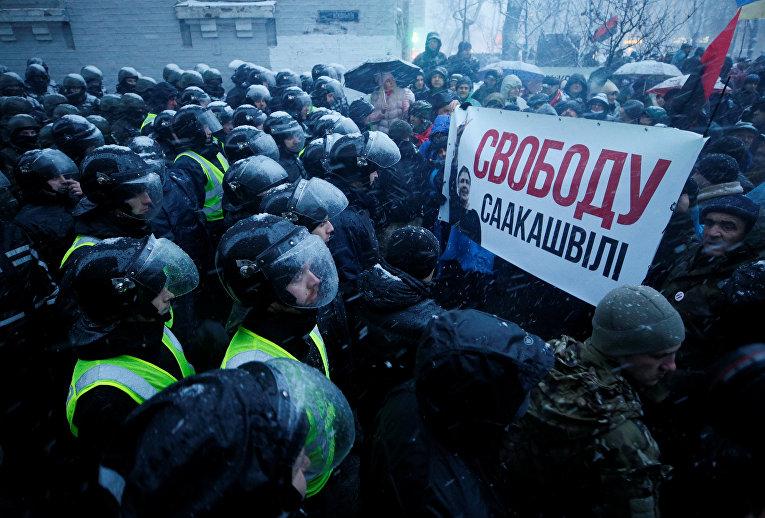 Сотрудники милиции блокируют сторонников Михаила Саакашвили возле изолятора временного содержания в Киеве