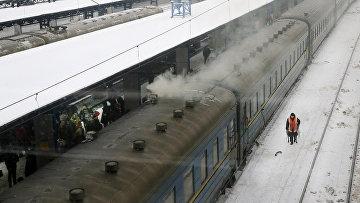 Поезда на железнодорожном вокзале в Киеве