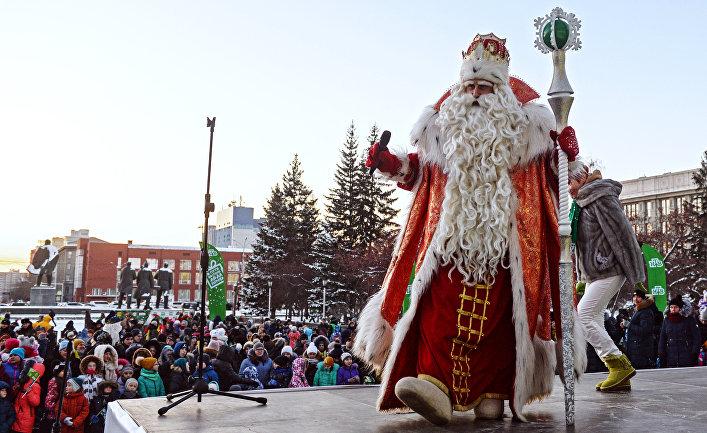 Главный Дед Мороза России во время массового мероприятия на площади Ленина в Новосибирске. 15 ноября 2017