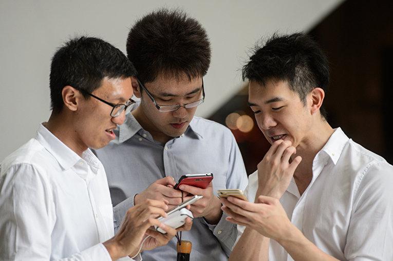 Китайцы играют в Pokemon GO центральном районе Гонконга