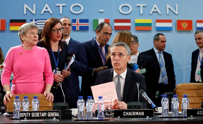 Генеральный секретарь НАТО Йенс Столтенберг и заместитель генерального секретаря НАТО Роуз Геттемеллер в штаб-квартире альянса в Брюсселе