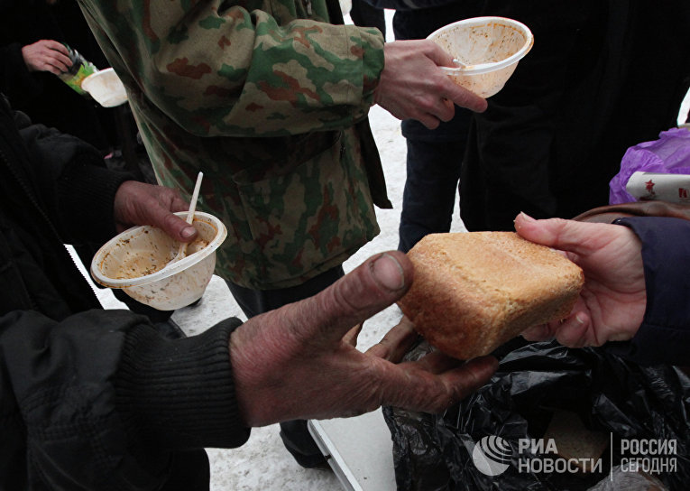 Люди, которые приходят на обеды, приготовленные сестрами Общины милосердия, часто не имеют средств на самое необходимое