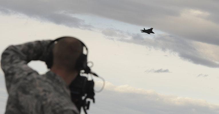 Американский истребитель F-22 Raptor над авиабазой в Анкоридже
