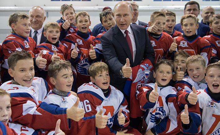 Президент РФ Владимир Путин во время посещения Государственного училища олимпийского резерва по хоккею в Ярославле. 1 сентября 2017