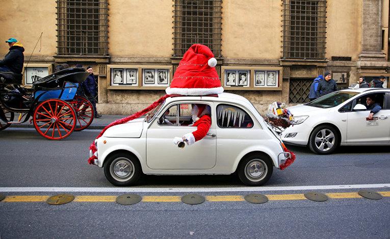 Санта за рулем автомобиля Fiat 500 в Риме