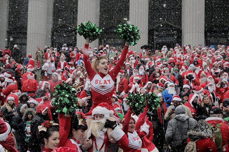 Участники фестиваля Санта-Клаусов SantaCon в Нью-Йорке
