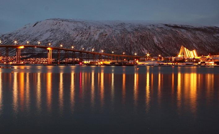 Мост в городе Тромсё на севере Норвегии
