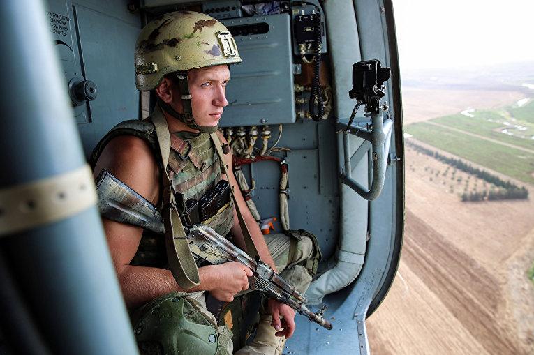 Российский солдат над городом Дейр-Эз-Зор в Сирии