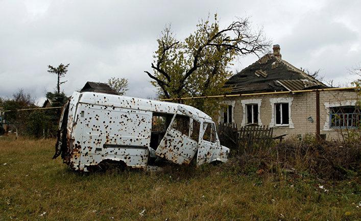 Транспортное средство, поврежденное осколками и взрывной волной после обстрелов в Донецке