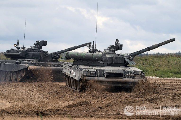Танки Т-90 (слева) и Т-80У во время демонстрационного показа