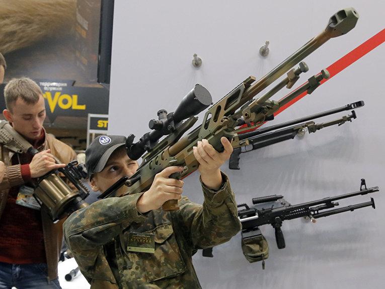 Посетители оружейной выставки в Киеве