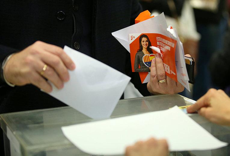 Голосование на избирательном участке в Барселоне, Испания