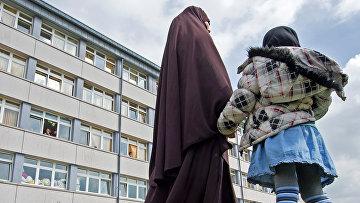 Женщина и ребенок из Чечни у приемного центра для беженцев в Шнеберге, Германия