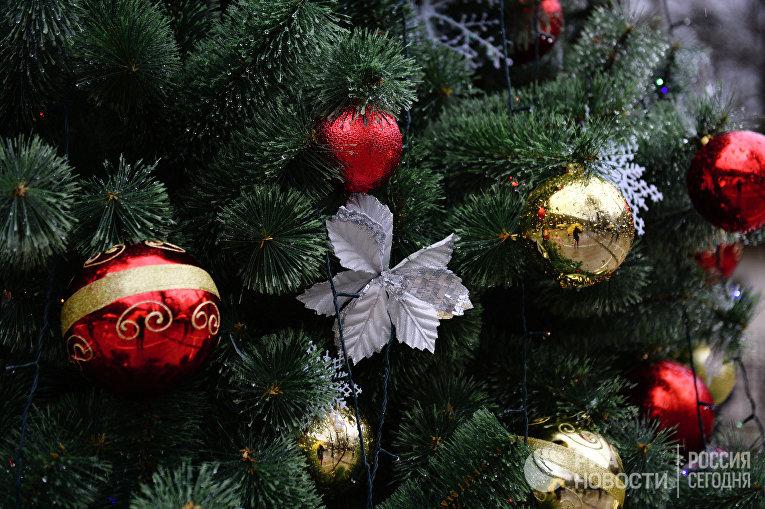 Новогодние игрушки на елке