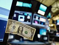 Однодолларовая купюра на Нью-Йоркской фондовой бирже