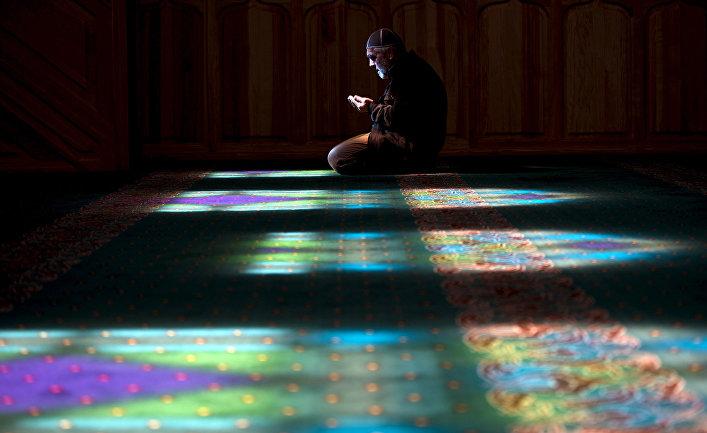 Крымский татарин в мечети в Бахчисарае