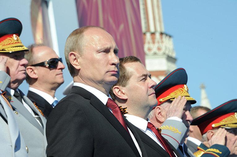 Президент РФ Владимир Путин и председатель правительства РФ Дмитрий Медведев на параде Победы на Красной площади