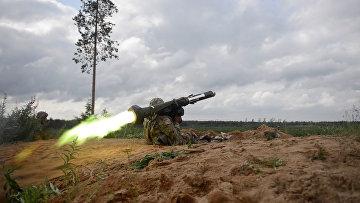 Американский солдат стреляет из противотанковой ракетницы «Джавелин»