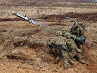Американские военные стреляют из противотанковой ракетницы «Джавелин»