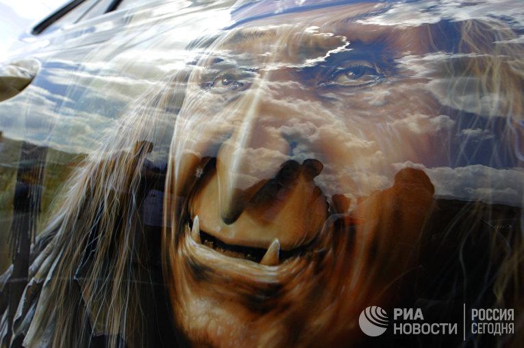 Изображение Бабы-Яги, выполненное втехнике аэрографии нафестивале живописи наавтомобилях «Аэрограф— 2010»