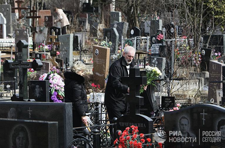 Москвичи на Митинском кладбище в Пасху